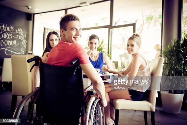 Jungen Behinderten Mann, Spaß mit seinen Freunden im Café