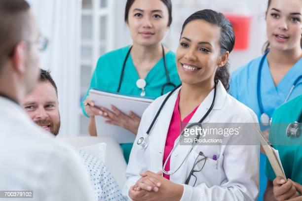 Jonge arts luistert als stagiair vragen beantwoordt