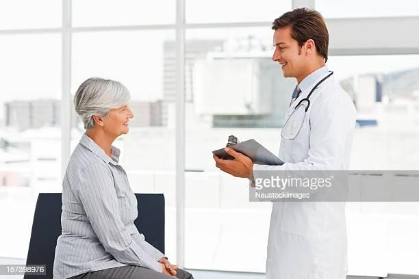 Junger Arzt Gespräch mit senior Patienten