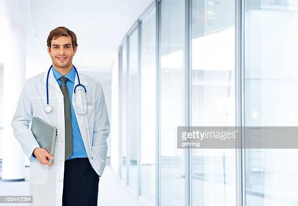 Junger Arzt mit laptop