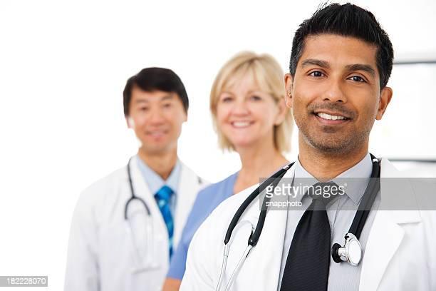 Jovem médico com Equipe médica
