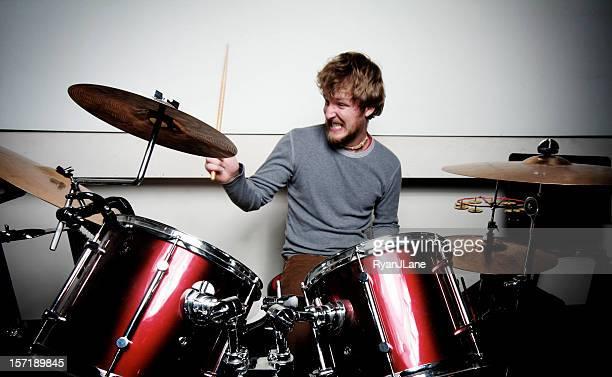 Jeune Batteur jouant batterie avec Passion