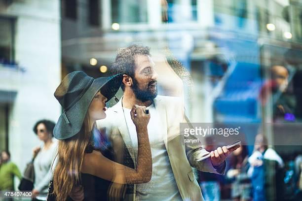 若いエレガントなカップルの通りのウィンドウが表示されている
