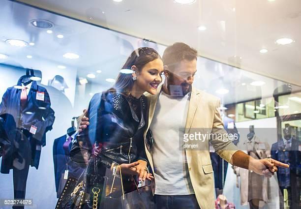 若いエレガントなカップル街でショッピング