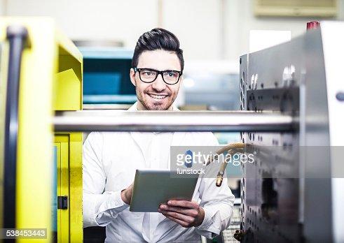 若い技術を持つデジタルタブレットを工場