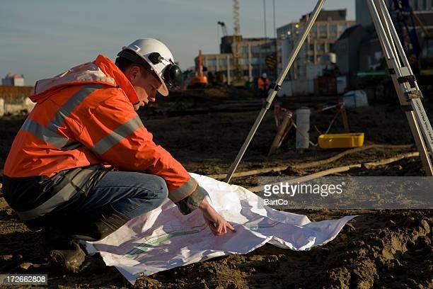 Jeune ingénieur sur un chantier de construction contrôle de la base