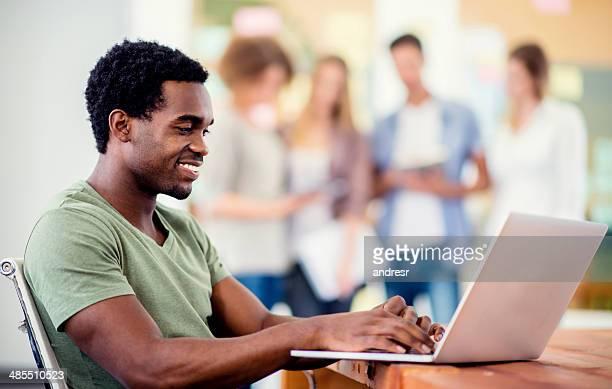Jeune entrepreneur travaillant en ligne
