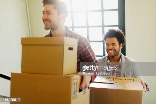 Giovani imprenditori entrando in un nuovo ufficio.