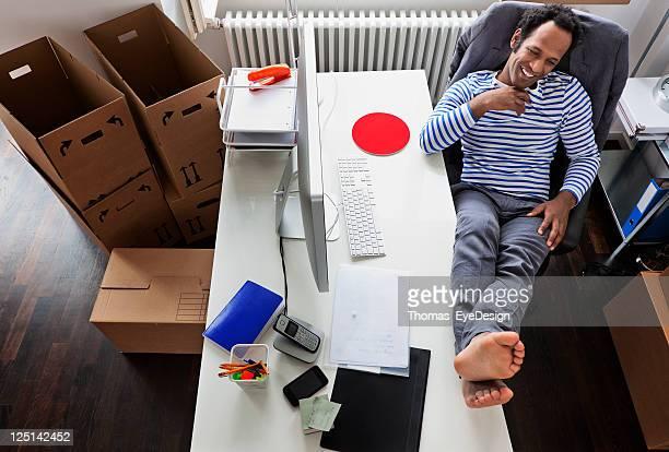Jovens empresários relaxante na sua secretária