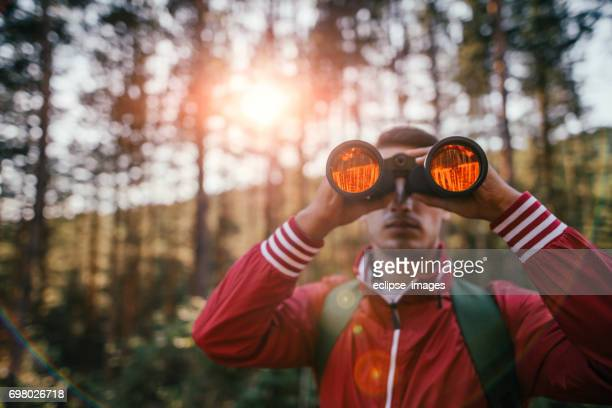 Young explorer Blick durch das Fernglas