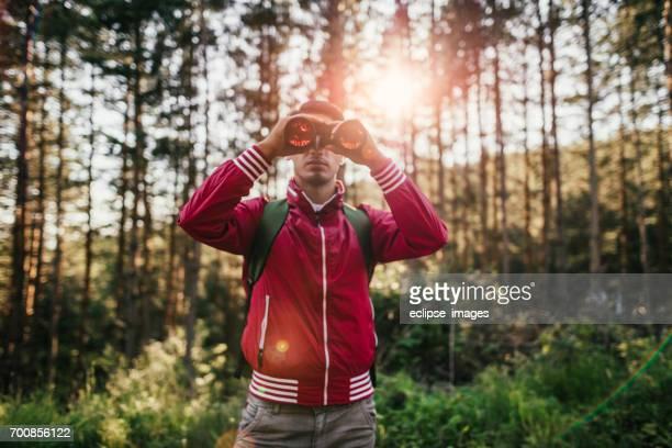 Jonge explorer op zoek door middel van verrekijkers