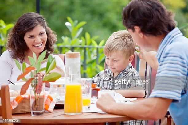 Giovane famiglia con prima colazione