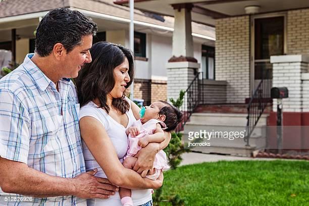 Junge Familie zu Hause mit neuen Babys – Mädchen