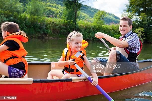 Jeune famille de canoë