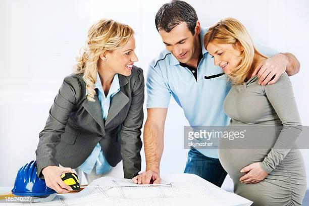 Junge Familie Beratung mit einem Architekten.