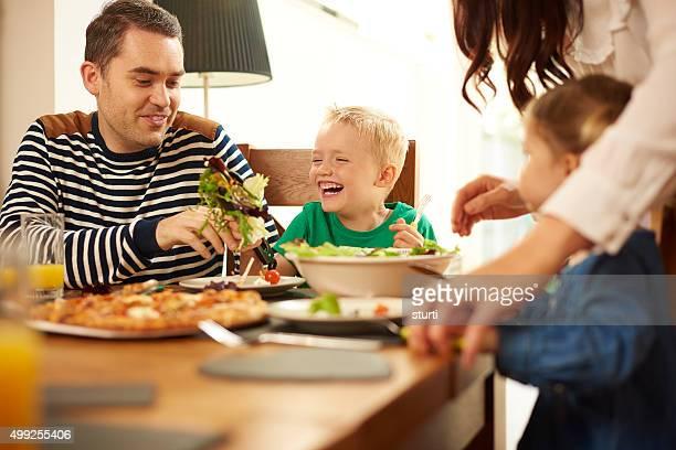 Jeune famille à la table de salle à manger