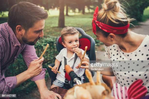 Junge Familie Essen Grissini im park