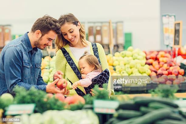 Jovem família supermercado fazer compras na mercearia Local.