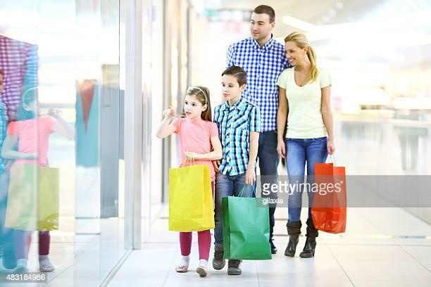 Família Jovem em comprar em conjunto.