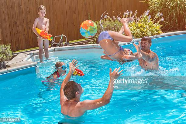 Junge Familie im Swimmingpool