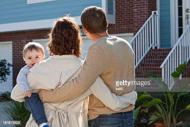 Jeune famille à la recherche à la maison