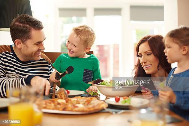 Jeune famille repas