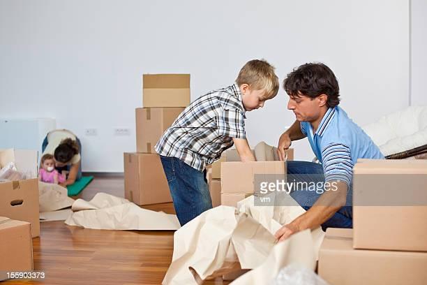 Junge Familie, die in neues Zuhause