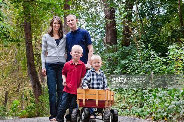Junge Familie von vier mit zwei Kindern im Wald