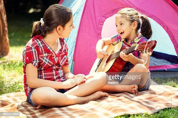 Junge Familie auf einem Camping