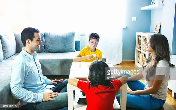 Giovane famiglia giocare gioco da tavolo a casa.