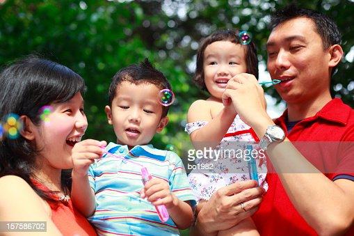 Junge Familie spielen-Blase im Garten