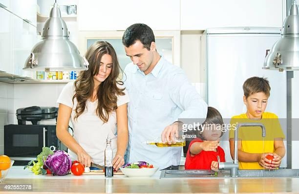 Junge Familie, die Zubereitung von Speisen in der Küche.
