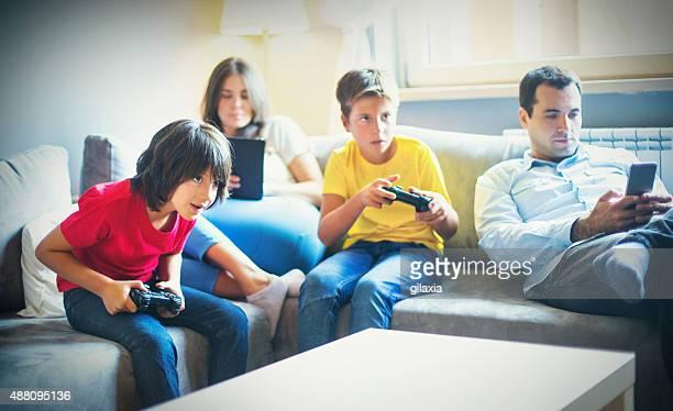 Família Jovem relaxar em casa.