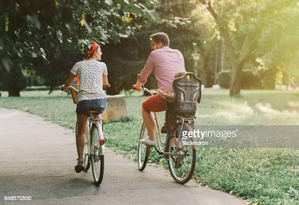 Junge Familie Fahrrad im park