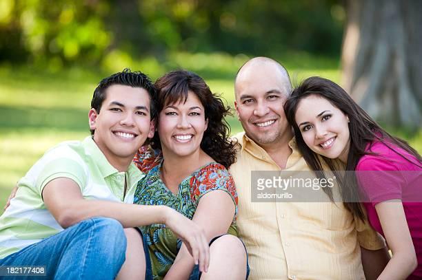 Famiglia giovane sorridente alla telecamera