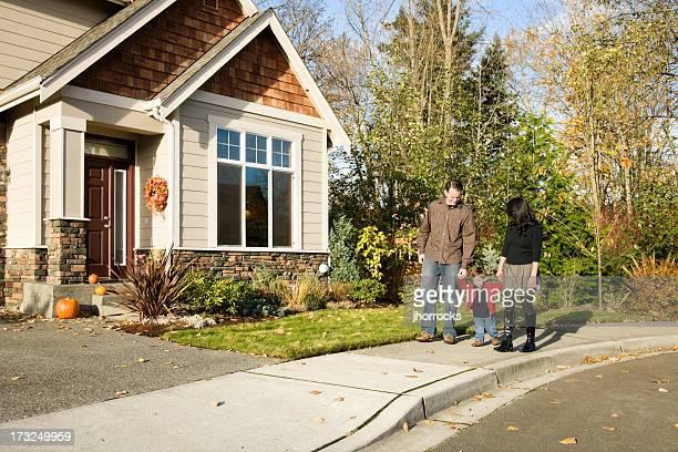 Família Jovem tendo um passeio