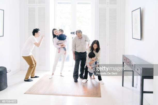 若い家族の家で祖父母を歓迎