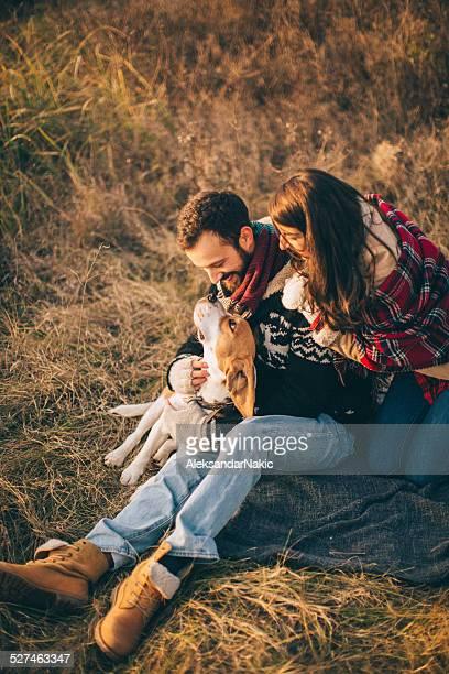Junge Familie mit Hund