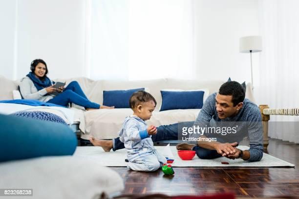 Jong gezin met baby plezier