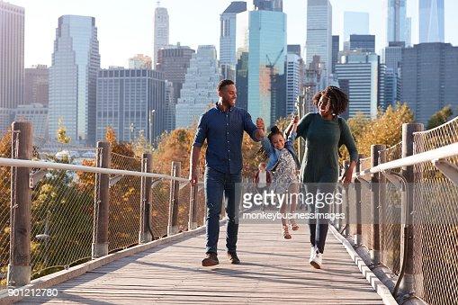 Junge Familie mit Tochter spazieren am Steg : Stock-Foto