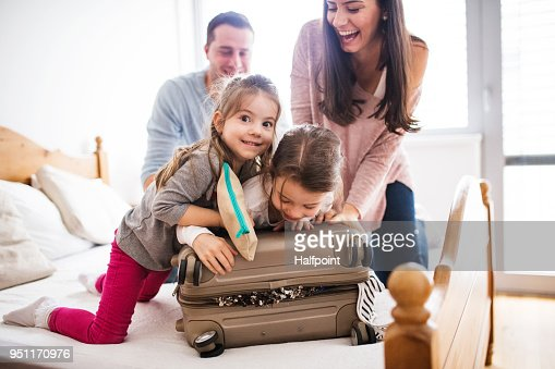 Young family with two children packing for holiday. : Foto stock