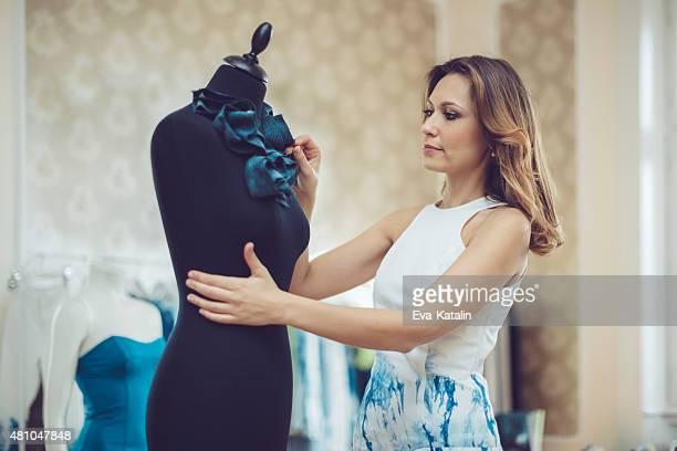 Jovem designer de moda, trabalhando em sua sala de exposição