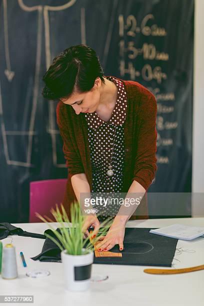 Jovem Designer de de moda, trabalhando em sua oficina