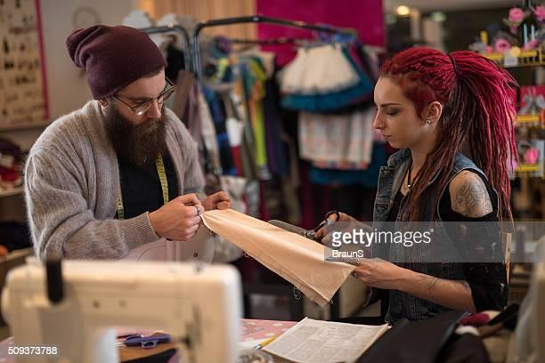 一緒に働く若いファッション・デザイナーの繊維。
