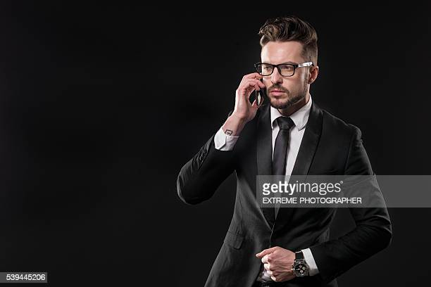 À la mode jeune homme avec téléphone portable