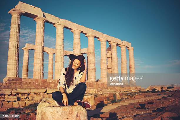 Giovane alla moda donna rilassante e visite turistiche in Grecia