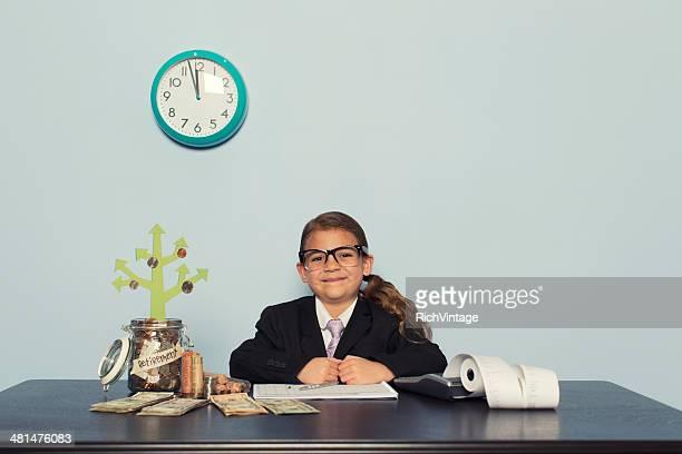 Jeune comptable de femme donnant de l'argent au bureau