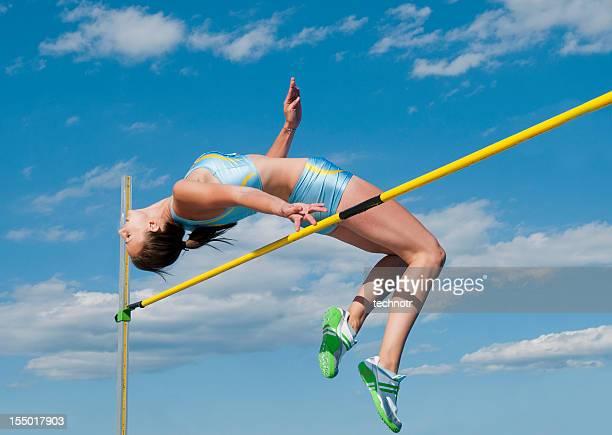 Giovane atleta femminile nel salto in alto