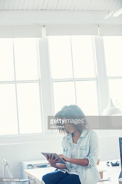 Jovem fêmea Mulher de Negócios olhando para o seu tablet digital