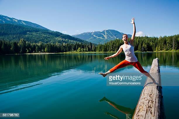 Jeune femme tomber dans le lac.